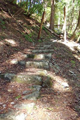 山会「京都北山廃村八丁行,八丁神社の参道と壊れた鳥居と倒れた石碑」