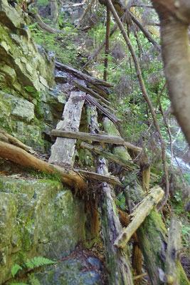 山会「京都北山廃村八丁行,刑部谷の滝横の壊れた桟道」