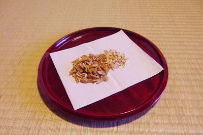 催事(本人)「茶会,茶懐石,春慶塗の盆上の干菓子,日向夏のピール」