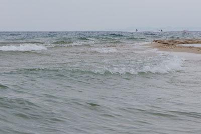 風と波があるも気温30度を超える水浴日和となった、湖会開催地の滋賀県琵琶湖西岸の砂浜湖岸