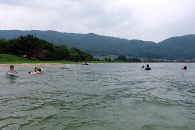 滋賀県琵琶湖西岸の貸切状態の浜と湖水を楽しむ湖会面々