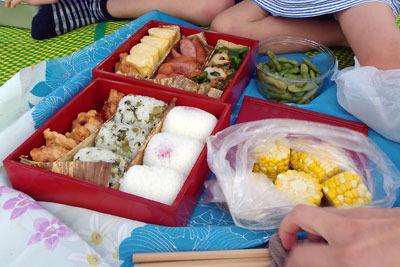 滋賀県琵琶湖西岸での湖会に差入れられた、参加者手製の豪華な昼食重やツマミ類