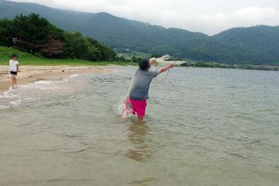 滋賀県琵琶湖西岸の砂浜湖岸で投網に初挑戦する湖会参加者