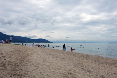 滋賀県琵琶湖西岸・近江舞子「中浜水泳場(雄松崎)」の砂浜湖岸と水浴客