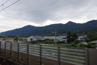 滋賀県琵琶湖西岸・中浜水泳場(雄松崎)最寄りの近江舞子駅の高架ホームから見た、比良山脈の夕景