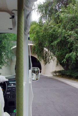 滋賀県東南・信楽山中のミホミュージアム(miho museum)の玄関棟と展示棟を結ぶ、乗合電気自動車の座席からみた、敷地内道路や隧道