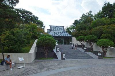中国系アメリカ人建築家I.M.ペイ設計の和風めいたガラス玄関のある、滋賀県東南・信楽山中「ミホミュージアム(miho museum)」の美術館入口
