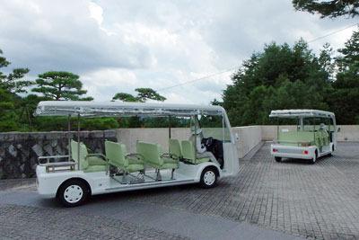 滋賀県東南・信楽山中のミホミュージアム(miho museum)の玄関棟と展示棟を結ぶ、乗合電気自動車