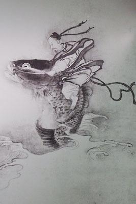 滋賀県東南・信楽山中のミホミュージアム(miho museum)で行われた雪村展に関連し会場外に貼られた、鯉に乗る仙人を描く作品「琴高群仙図」の複製パネル