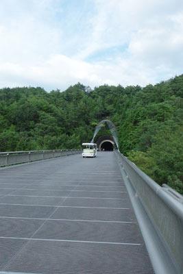 滋賀県東南・信楽山中のミホミュージアム(miho museum)の美術館棟から玄関棟の間にある、隧道手前の谷にかかる道路橋
