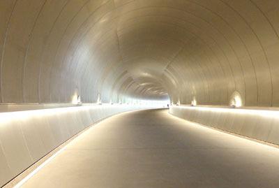 金属板が反す照明の光が近未来的な、滋賀県東南・信楽山中のミホミュージアム(miho museum)の玄関棟と展示棟を結ぶ道上にある隧道