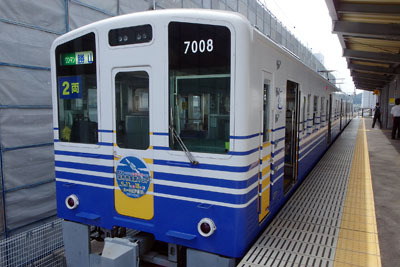 えちぜん鉄道福井駅に停車する、福井県の内陸都市・勝山行の電車
