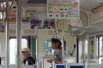 えちぜん鉄道勝山行の電車内で、無人駅での乗降に対応する「アテンダント」嬢