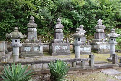 古いながらも立派な石塔が並ぶ、福井平野東部・旧松岡城寺町裏の山腹にある松岡藩松平家墓所