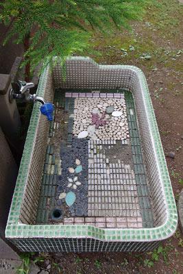 福井平野東部・旧松岡城裏の天龍寺近くでみた、タイル貼りの古い流し