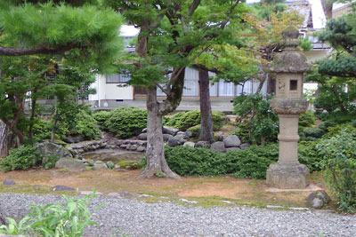 福井平野東部・旧松岡城武家屋敷跡地でみた、上級藩士の屋敷庭の名残りを想わせる民家の庭園