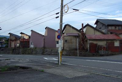 福井平野東部・旧松岡城二ノ丸跡(?)の傾斜地際に残る三角屋根の古い織物工場