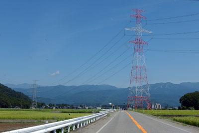 福井県の内陸都市・勝山西部の北郷町辺りの田圃と鉄塔、そして夏の空