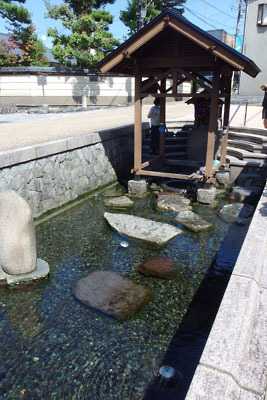 観光地的に整備された、福井県東部の内陸都市・大野市街にある湧水「御清水(おしょうず)」