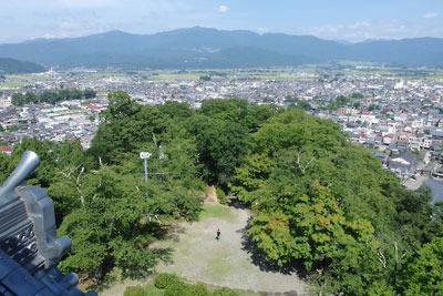 福井県東部の内陸都市・大野の小山上に聳える大野城の再建天守閣から見た、大野盆地と周囲の山
