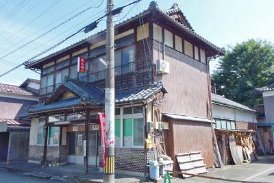 福井県東部の内陸都市・大野の旧城下町にある古い木造の銭湯