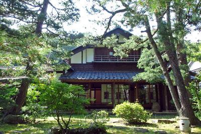 福井県東部の旧大野城下の武家屋敷「田村家」奥庭より見た、農村古屋を移築改造した主屋