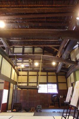 農家的雰囲気がある、福井県東部の旧大野城下の武家屋敷「田村家」の囲炉裏部屋