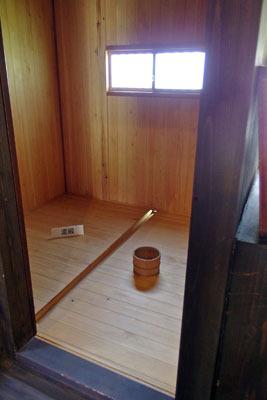 古式で改装された、福井県東部の旧大野城下の武家屋敷「田村家」の浴室