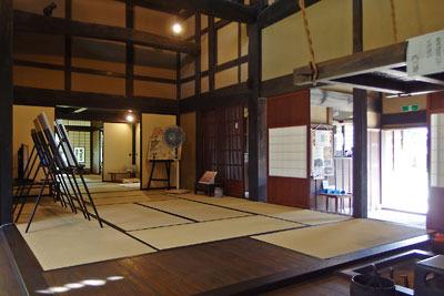 福井県東部の旧大野城下の武家屋敷「田村家」の囲炉裏部屋から見た、玄関・居間方向