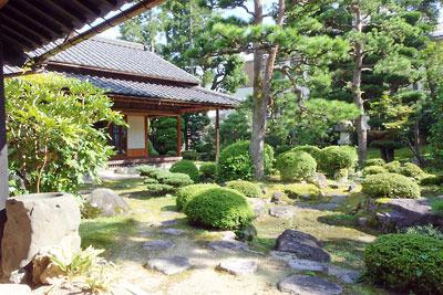 福井県東部・旧大野城下の公開武家屋敷「内山家」の、主屋と離れに面した長大な庭園