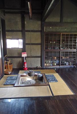 福井県東部・旧大野城下の公開武家屋敷「内山家」主屋の、囲炉裏部屋と奥にある水屋風の納戸
