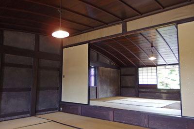 湾曲した竿縁天井が珍しい、福井県東部・旧大野城下の公開武家屋敷「内山家」主屋の二階部屋
