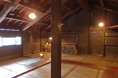 福井県東部・旧大野城下の公開武家屋敷「内山家」主屋の二階部屋隣の、床に扉蓋がある薪炭置場