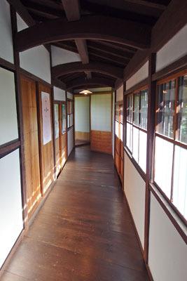 荷車運搬のため中ほどの床や建具が外せる構造とみられる、福井県東部・旧大野城下の公開武家屋敷「内山家」の渡り廊下