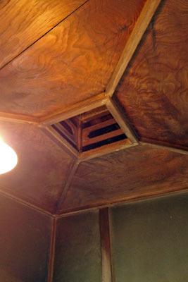 福井県東部・旧大野城下の公開武家屋敷「内山家」の浴室天井にある、木造古式の排気口