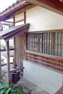 福井県東部・旧大野城下の公開武家屋敷「内山家」の、浴室外面の井戸と導水穴