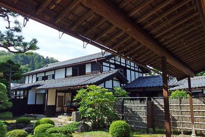 福井県東部・旧大野城下の公開武家屋敷「内山家」の離れから見た、庭園と主屋(母屋)