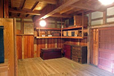 福井県東部・旧大野城下の公開武家屋敷「内山家」の衣装蔵内部