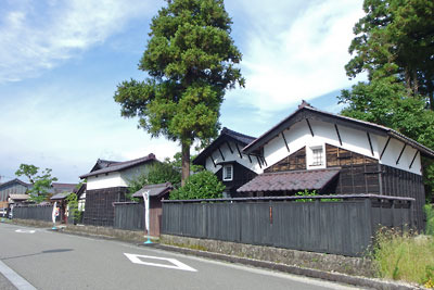 福井県東部・旧大野城下の公開武家屋敷「内山家」の敷地外から見た、「頬杖」で軒を支える地方様式をもつ3棟の蔵