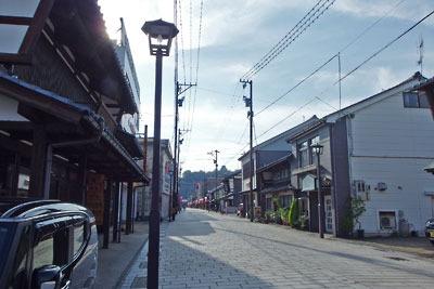 福井県東部・旧大野城下寺町から見た、古い商家が残る「七間通」