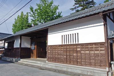 福井県東部・旧大野城下の寺町地区にある、寺の豪壮な長屋門