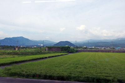 えち鉄車窓から見えた、福井県内陸都市・勝山の名の元となったとされる村岡山(むろこやま・御立山。中央小山)