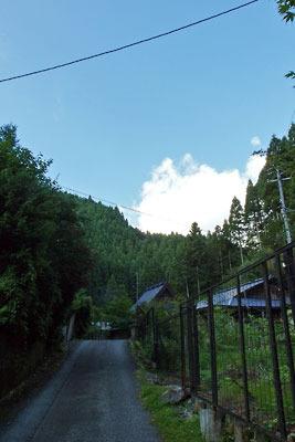 京都市街北部の高所集落「芹生」の上方にのぞく、夕方の青空