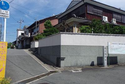 京都市街南部・淀の住宅街にある、背後を国道で切られた狭い台地際に立つ「淀小橋旧趾碑」と宇治川旧路の河岸跡