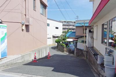 京都市街南部の淀駅前に残る宇治川旧路跡の落ち込み
