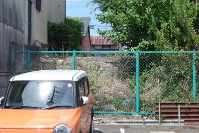 京都市街南部・旧淀城下を通る大坂街道裏に残る、かつての水辺を示す段差
