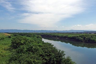 京都市街南部・淀南郊にある府道淀大橋上からみた宇治川の現流路