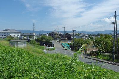 京都市街南部・淀南郊の現宇治川南岸堤防からみた、旧巨椋池方面の東一口集落と排水機場