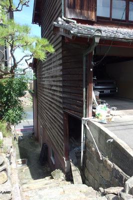 京都市街南郊にある、旧巨椋池内の堤防集落「東一口」の民家裏に残る旧巨椋池池畔を示す段差