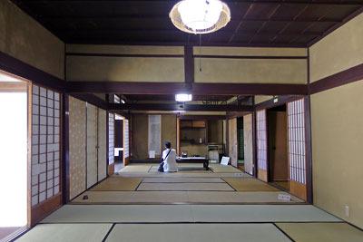京都市街南郊の旧巨椋池内の堤防集落「東一口」に残る旧山田家住宅の、主屋北側の3間続きの畳部屋